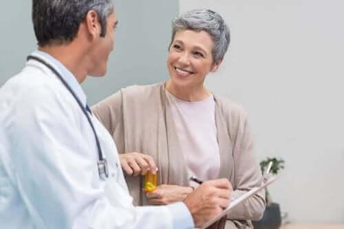 En kvinne i overgangsalderen snakker med en lege