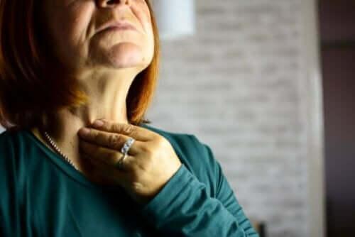En kvinne med laryngitt.