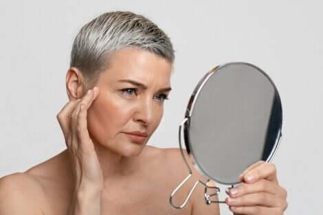 En kvinne som ser seg i speilet.