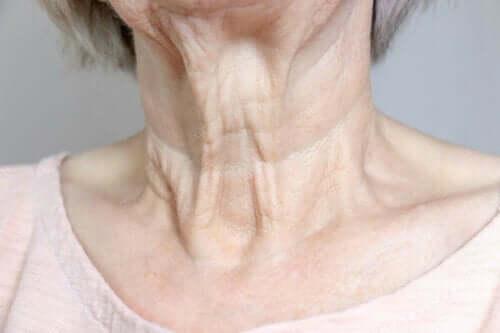 En kvinnes hals.