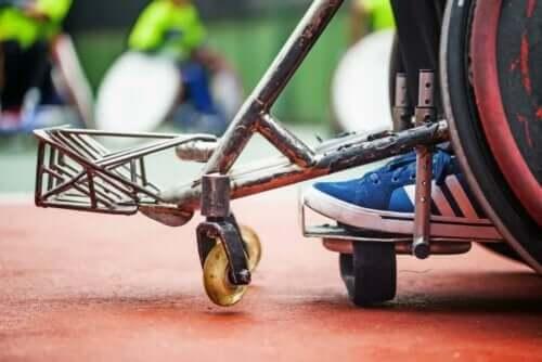 Et barn i rullestol.