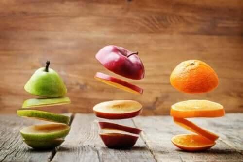 Forskjellig oppkuttet frukt.