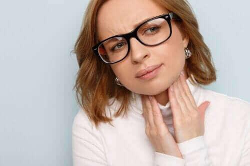 Hovne stemmebånd: Årsaker, symptomer og behandlinger