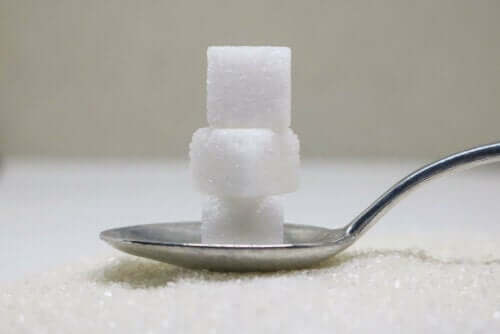 Sukkerbiter på en skje.