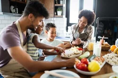 En familie som lager mat sammen