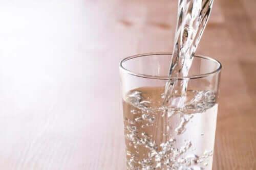 Et glass som blir fylt med vann