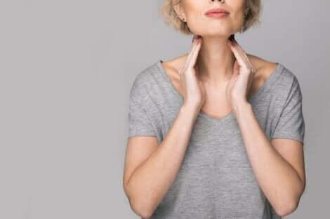 Kvinne med sår hals