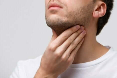 Mann med sår hals