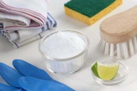 Natron og lime for å rengjøre stekepanner og gryter