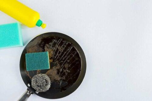 Fire raske triks for å rengjøre gryter og stekepanner