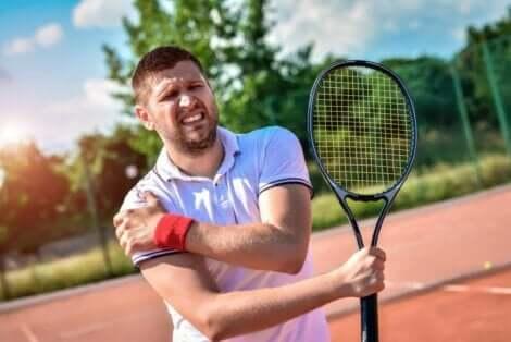 Tennisspiller med senebetennelse