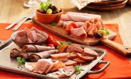 Å spise fet mat kan forverre akne.