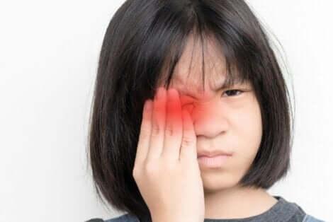 En jente har vondt i øyet
