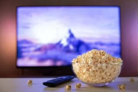 Popkorn ved TV-en
