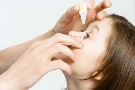 Et barn får øyedråper