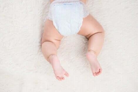 En baby med bleie.