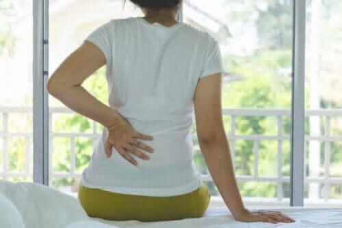 En kvinne med ryggsmerter.