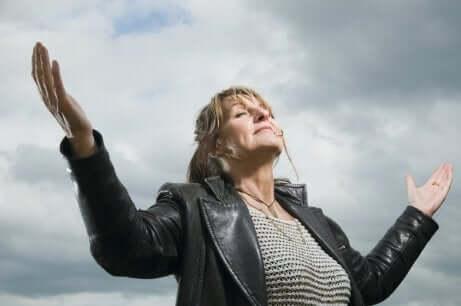 En kvinne som opplever en midtlivskrise