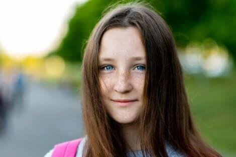En tenåringsjente med fregner og blå øyne.