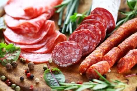Et brett med salamikjøtt med mange typer tilsetningsstoffer