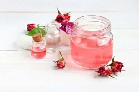 Forbedre kviser med rosenvann.