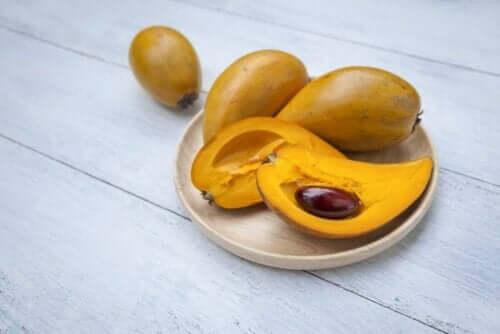 Frukt på en tallerken.