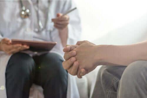 To personer i en behandlingsøkt.