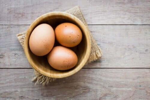 Tre egg i en bolle.