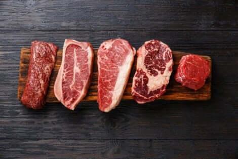 Ulike kjøttstykker som ligger på en trebit