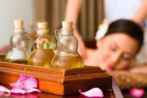 kvinne får massasje med eteriske oljer