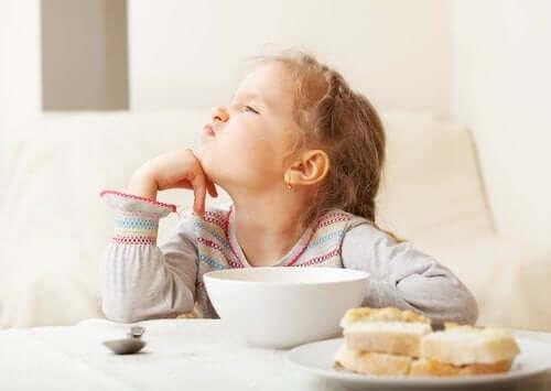 Jente som har selektiv spiseforstyrrelse.