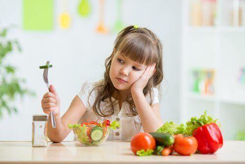 Jente som kan ha selektiv spiseforstyrrelse.