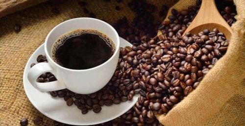 Kaffe og kaffebønner.