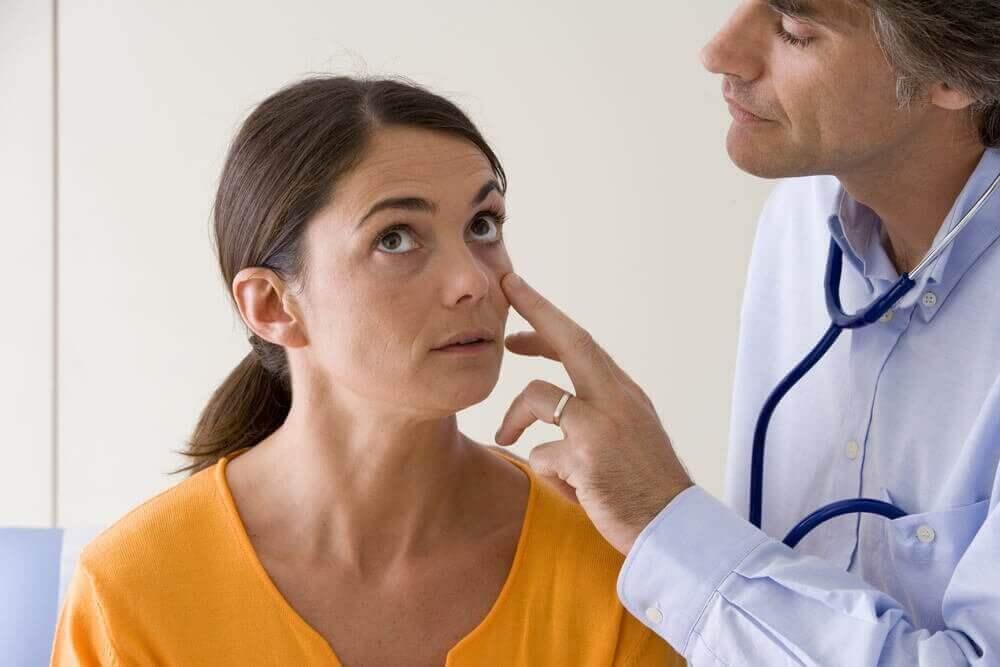 kvinne undersøkes for anemi