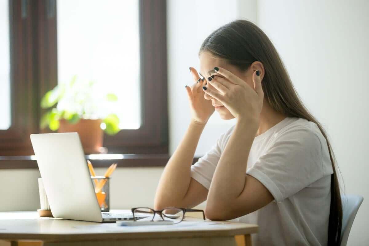 En kvinne med okulær hodepine