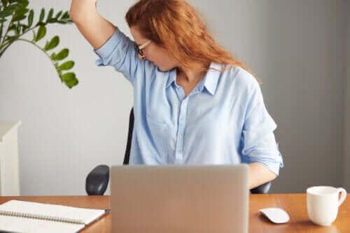 Hva er årsaken til en sterk kroppslukt?