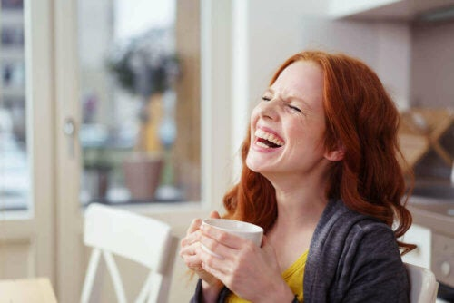 Kvinne som ler.