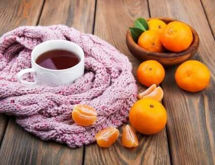 mandariner og en kopp te på et bord