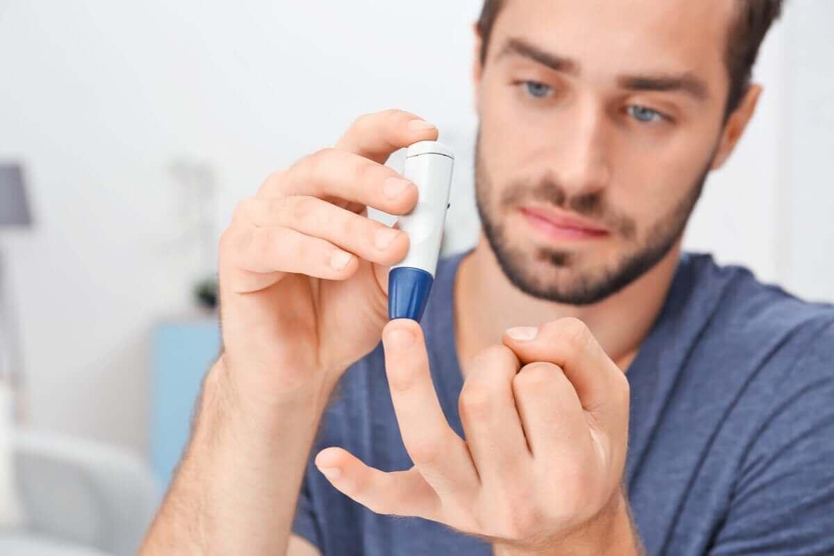 En mann med diabetes måler glukosen.