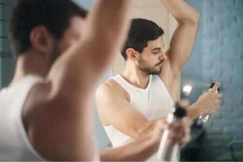 Mann påfører deodorant