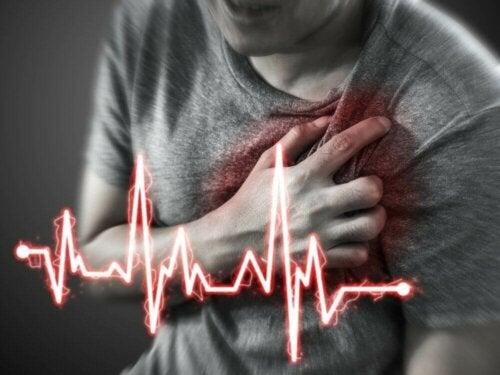 Mann som har hjerteinfarkt.