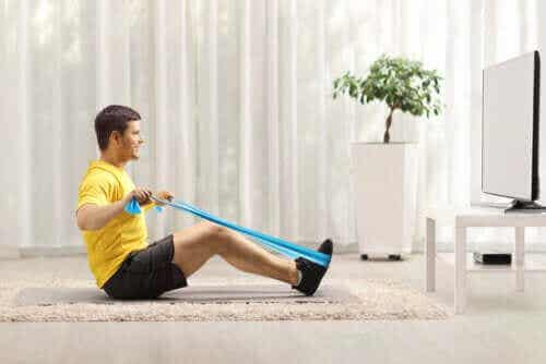 Øvelser med treningsstrikk for å styrke ryggen