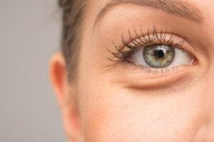7 mulige årsaker til at øynene hovner opp