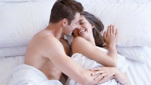 et par som kysser i sengen