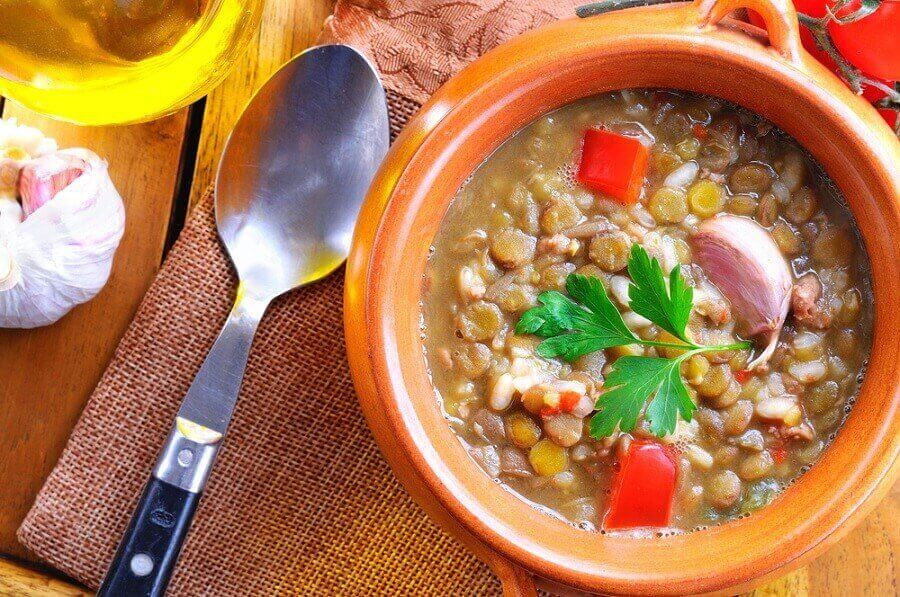 linser, grønnkål og søtpotetsuppe som en detox-suppe