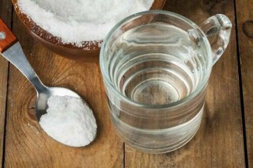 Å gurgle natron og vann: Den perfekte løsningen for å rense halsen