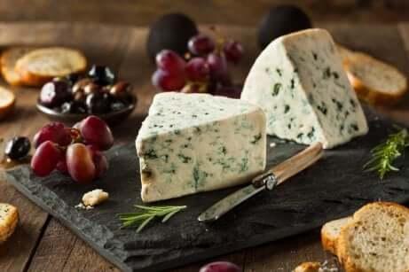 Blåmuggost som ligger på et ostefat