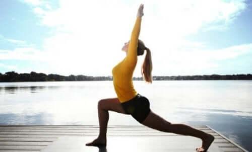 Denne posituren hjelper deg med å oppdage den sentrale balansen mens du strekker deg fra nakken til bekkenet.
