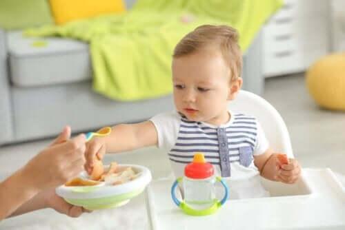 En baby som spiser ny mat.