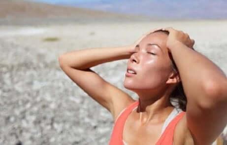 En dehydrert kvinne etter trening på stranden.